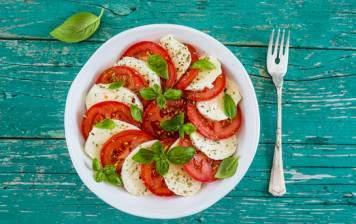 Tomatoes & mozzarella di...